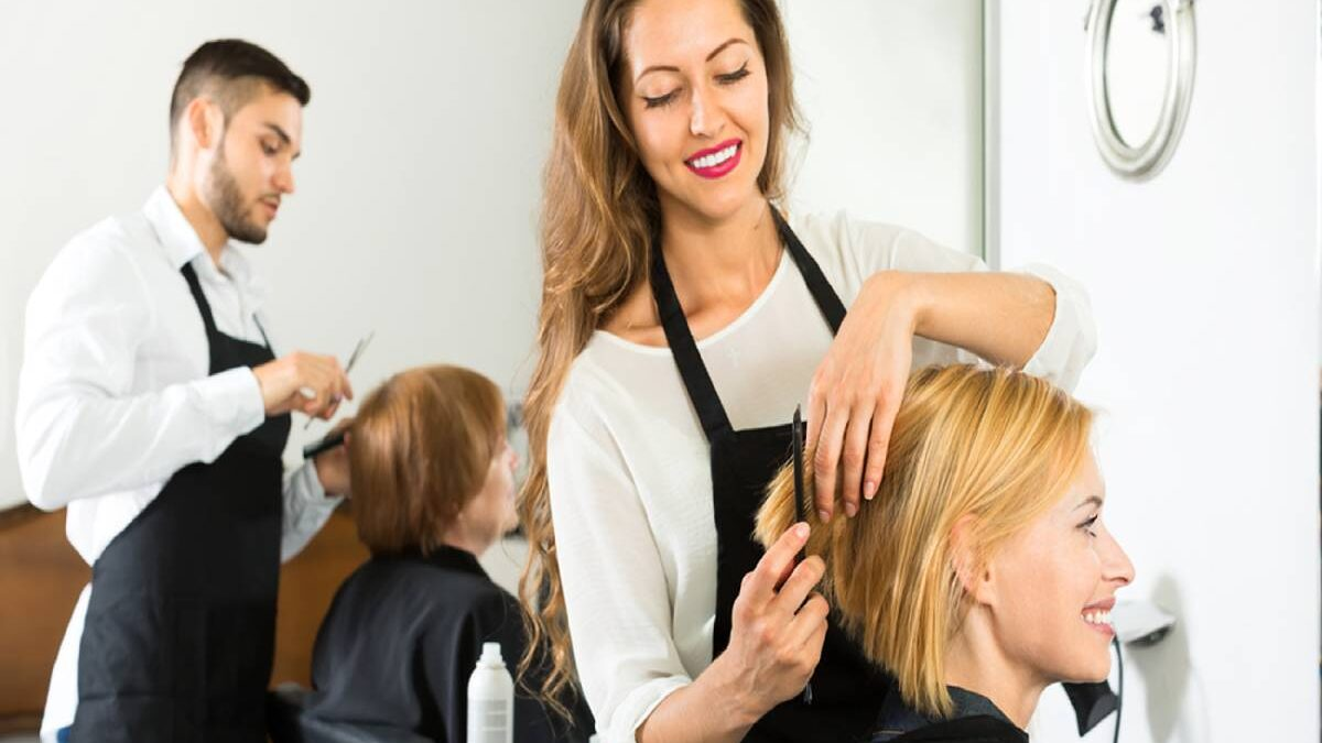 How Much to Tip Hairdresser? – New Stylist, Regular Stylist, and More